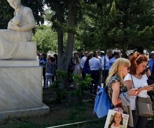 Los ciudadanos se reúnen en un área abierta después de un terremoto, en el centro de Atenas, Grecia.