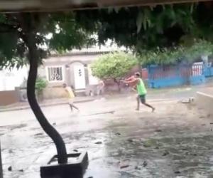 Guerras de pandilla durante las lluvias de este lunes, en Barranquilla.