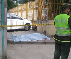 El cuerpo de la víctima quedó tendido en el andén.
