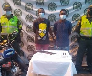 Se movilizaban en una motocicleta portando una escopeta sin documentos.