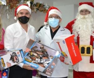Entrega de regalos a su equipo de trabajo