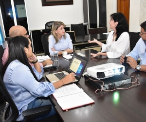 Alcaldesa Virna Johnson se reunió con asesores del Metro de Medellín.
