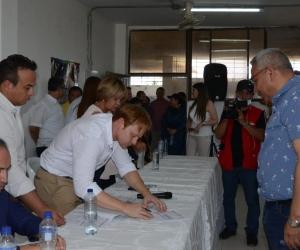 El director del Uspec, Ricardo Varela, firma las actas de inicio de los dos proyectos carcelarios.