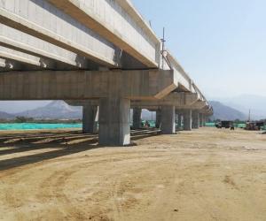 El puente vehicular tiene un avance del 72%.