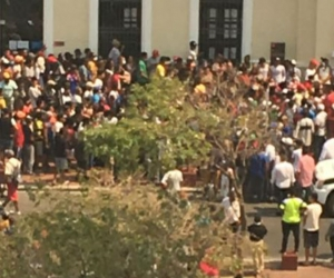Una multitud en la entrada de la Alcaldía de Santa Marta.