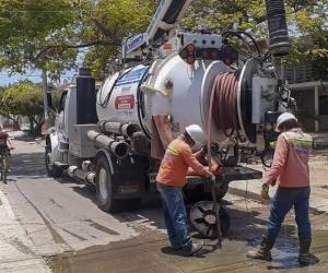 Estos trabajos se realizan antes, durante, y después de las precipitaciones, con el fin de evitar el rebose y posterior estancamiento de aguas residuales en las calles de la ciudad.