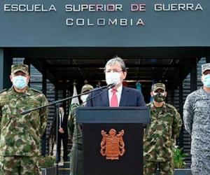 El ministro de la Defensa, Carlos Holmes Trujillo, anunció la decisión.