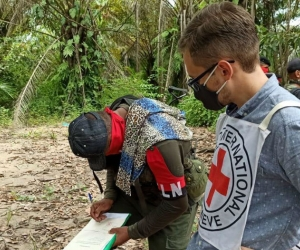 Una comisión de la Cruz Roja recibió a los tres civiles.