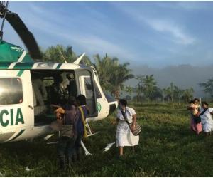 La Policía Nacional comisionó a uniformados del área de aviación con el fin de realizar la evacuación de una familia Arhuaca.
