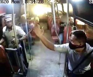 Momento en el que el conductor reclama al pasajero por no usar el tapabocas.