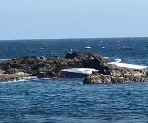 Las imágenes muestran que la embarcación zozobró entre las rocas marinas de la Isla Aguja.