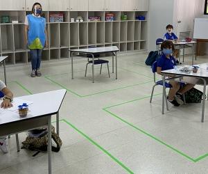 El distanciamiento social hace parte de las estrategias de bioseguridad para el bienestar de estudiantes y profesores.