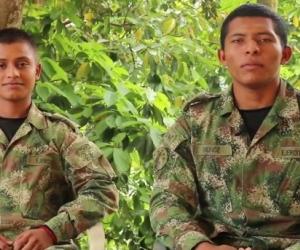 Los dos soldados aparecieron en video como prueba de supervivencia.