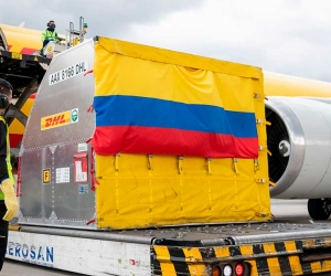 La aeronave aterrizó a las 12:55 de la tarde en Bogotá y se dirigió a las bodegas de la compañía, donde el Mandatario recibió el cargamento.
