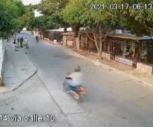 Este es el momento en que tres personas realizan un hurto en Miraflores.