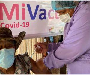 20 de los 25 positivos recibieron la primera dosis de la vacuna.