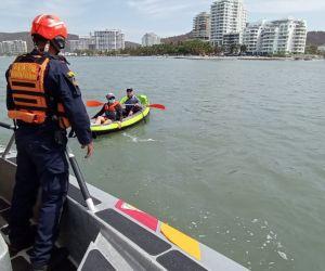 Guardacostas realizando operativos en las playas de Santa Marta y el Rodadero.