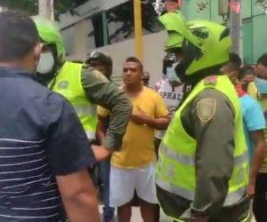 Ricardo Gutiérrez en diálogo con policías.