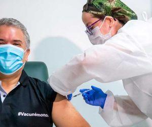 La primera dosis al mandatario le fue aplicada por la mayor del Ejército Neila Robles Carrillo.