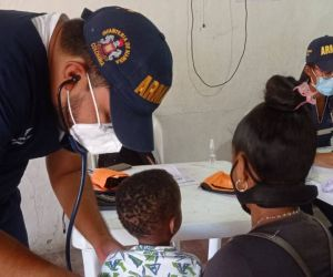 Armada Nacional brindando asistencia médica.