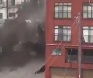 La fuerte avalancha de barro se deslizó por las calles de la ciudad, llevando consigo cientos de escombros.