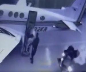 Momento en que el Policía carga la droga en la avioneta.