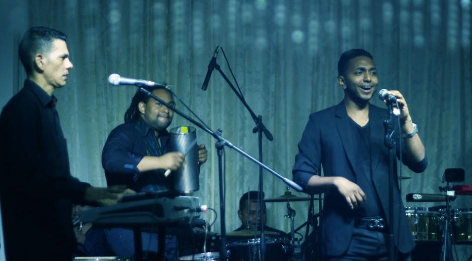 Romix, cantante de salsa en tarima.