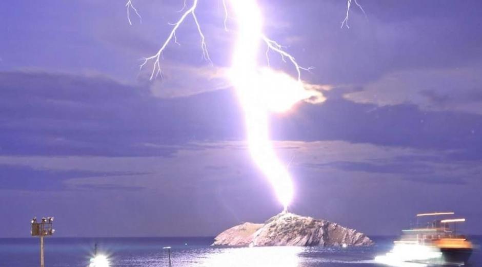 La foto del rayo que encandiló el Morro de Santa Marta.