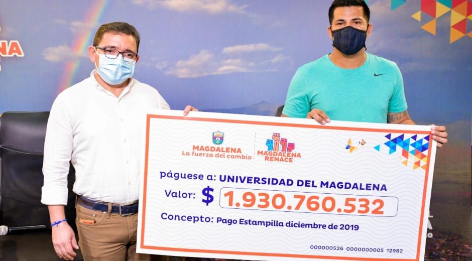 Rafael Martínez durante la entrega del 'cheque de papel' para la transferencia a la Unimagdalena.
