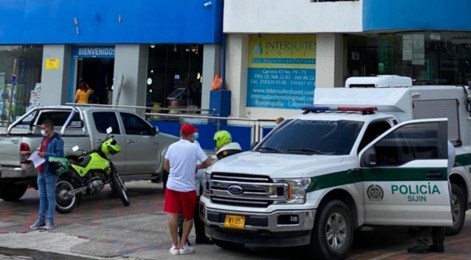 La Policía hizo presencia en el hotel donde hallaron al hombre muerto.
