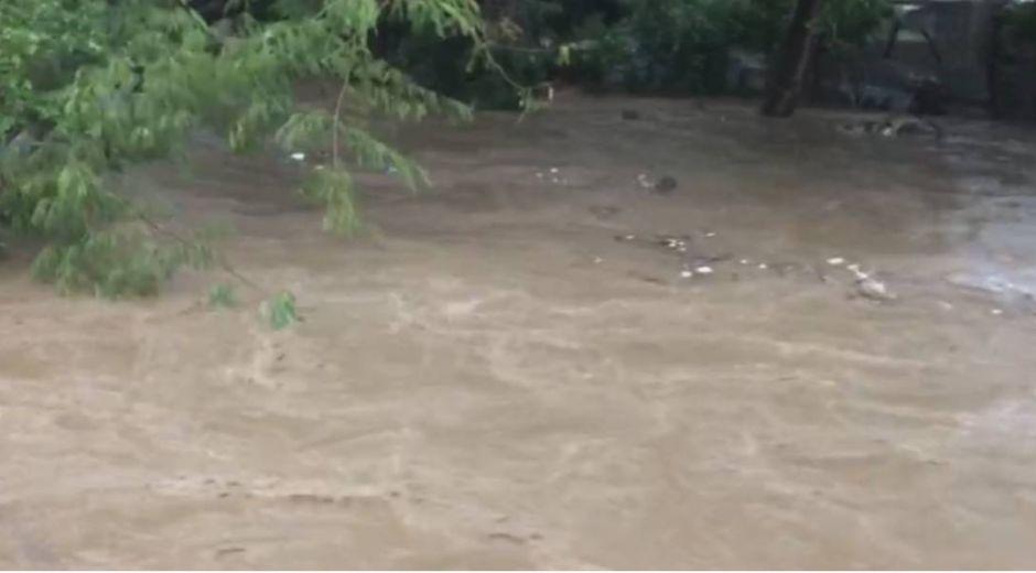 Río Manzanares durante las lluvias del lunes.