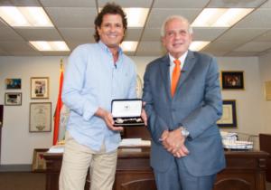 Momento de la entrega de las llaves de la ciudad de Miami a Carlos Vives.