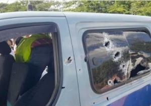 La camioneta del Inpec fue baleada por uno de los costados.
