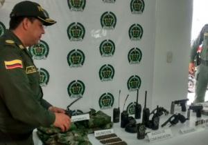 El coronel John Jairo Rodríguez, comandante de la Policía en el Magdalena, muestra los elementos incautados a la organización delictiva.