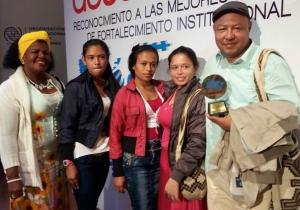 Sílver Polo y las trillizas recibieron el premio en nombre de los pobladores de La Secreta.