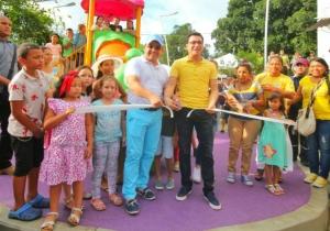 El alcalde Rafael Martínez y su mentor político, Carlos Caicedo, inaugurando uno de los nuevos parques para Santa Marta.