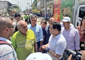 El alcalde Rafael Martínez dialogó con los comerciantes afectados del mercado público.