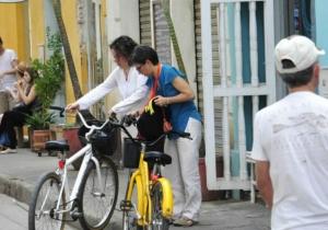 López y Lozano paseando en bicicleta en Cartagena.