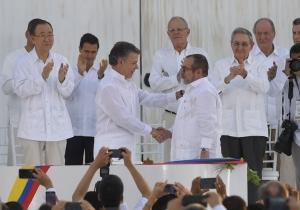 Momento histórico en el que Juan Manuel Santos y Timochenko se dan un apretón de manos.