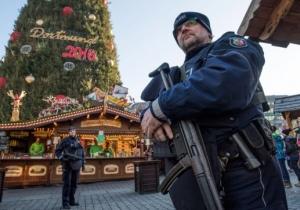 La Policía detuvo a los norafricanos, los que obligaron a identificarse y a algunos se los obligó a dar la vuelta y se les negó la entrada al centro de la ciudad.