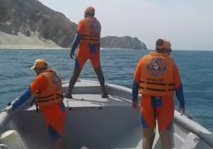 La Defensa Civil y la Armada buscan por agua la aeronave desaparecida.