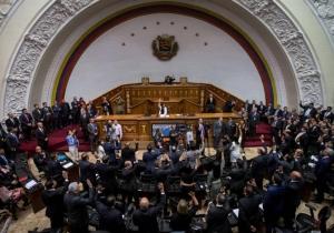 """Según diputados, """"Nicolás Maduro abandonó el cargo al desamparar y vejar los derechos constitucionales del pueblo""""."""