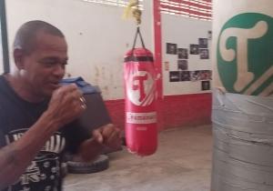 El profesor Emiliano Villa ha vivido en el ring de boxeo de la Villa Olímpica desde hace 25 años.