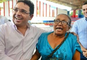 Rafael Martínez junto a Lourdes Rodríguez, cuando le fue a llevar la buena noticia.