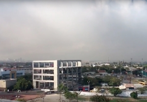 La gran columna de humo ya se posa sobre la ciudad de Barranquilla.