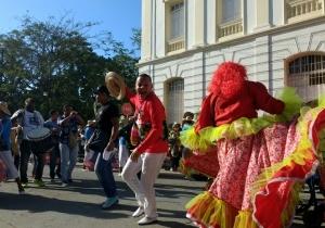 El alcalde de Ciénaga, Edgardo 'Nene' Pérez, bailó por las calles del municipio en medio de las comparsas.