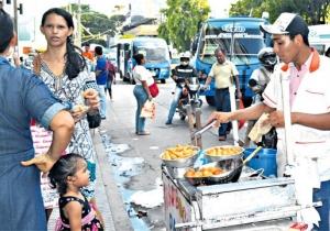 Los ciudadanos venezolanos son habituales en varios puntos de la ciudad de Santa Marta, promocionando o produciendo toda clase de productos.