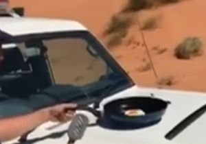 El agente había puesto la sartén sobre el capó del carro y esperó un momento para que se calentara.