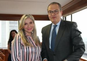 Liliana Cardona, durante la posesión ante el Procurador, Fernando Carrillo.