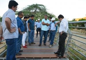 El alcalde Rafael Martínez inspeccionó la obra del sendero peatonal.
